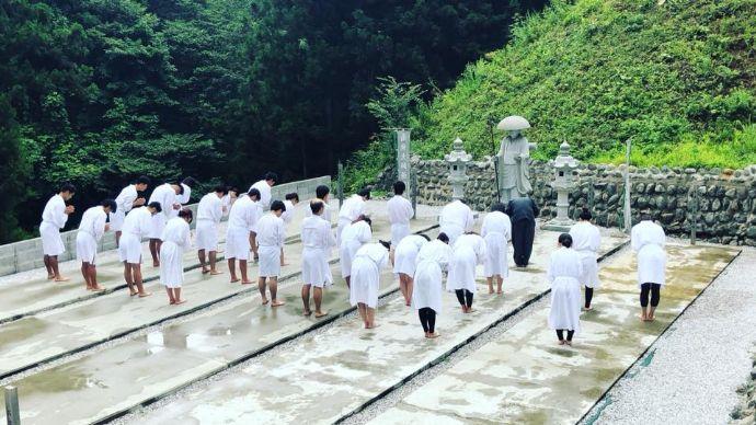 天光寺の体験授業に臨む人々