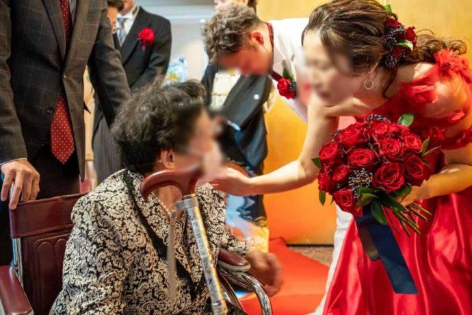 ザ・ニューホテル熊本の結婚式でカラードレスを着る新婦とおばあちゃん