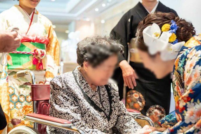 ザ・ニューホテル熊本の披露宴で中座する新婦と祖母