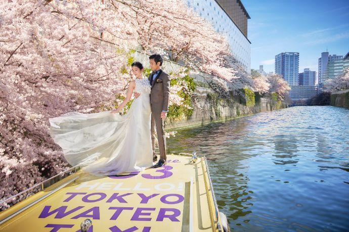 タイムカラーズと東京ウォータータクシーのコラボプランで目黒川の桜をバックに撮影した写真