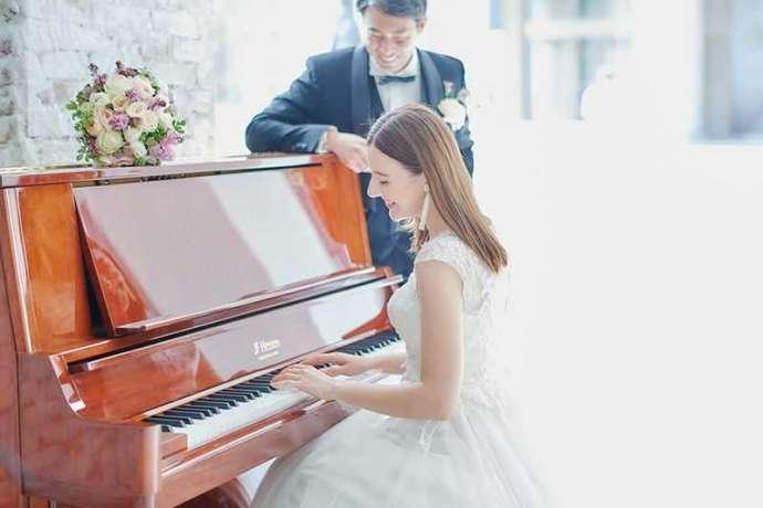 タイムカラーズが撮影したフォトウェディングでオルガンを弾く新婦