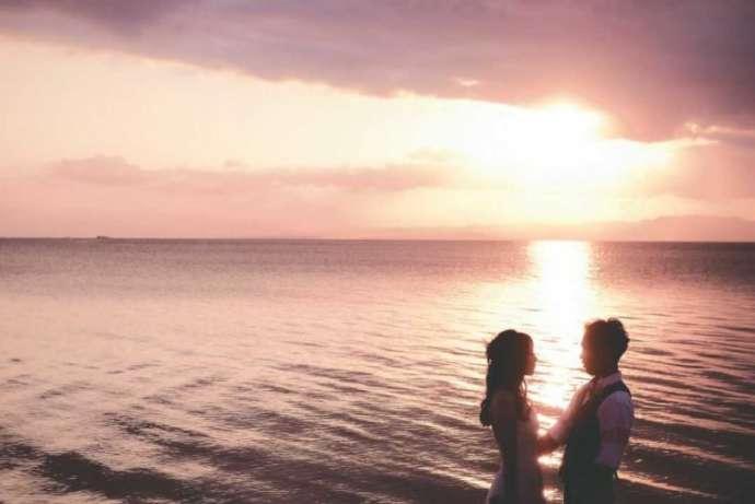 朝日の海辺で撮影されたフォトウェディング