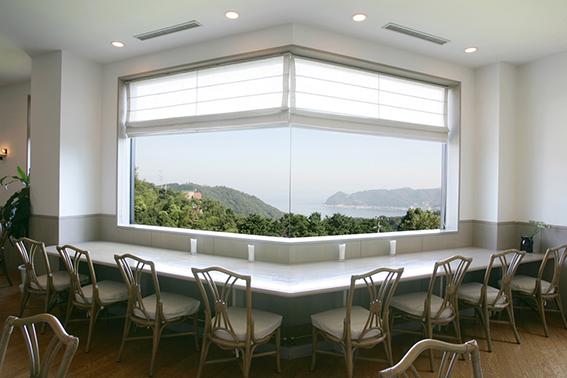 戸田幸四郎絵本美術館に併設されているカフェには海が一望できる大きな窓がある