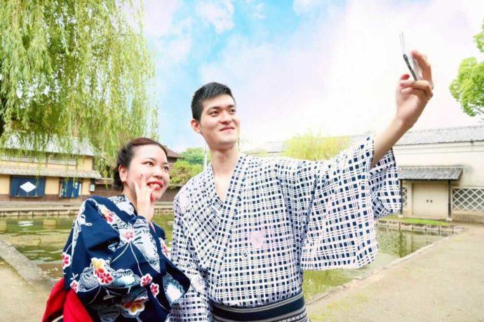 浴衣を着て東映太秦映画村で記念撮影をするカップル