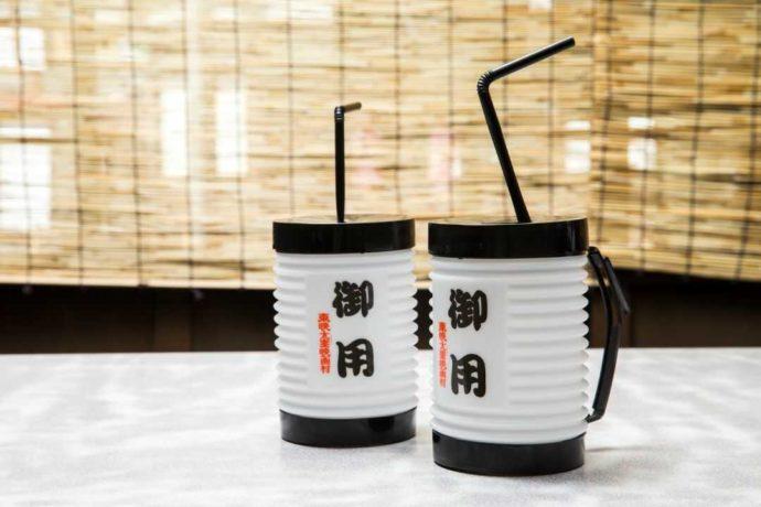 東映太秦映画村の喜らくで注文できる御用ジョッキに入ったビールやジュース