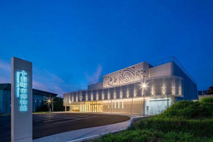 新潟県十日町市にある十日町市博物館のライトアップ