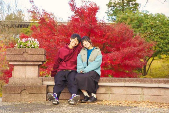 歩きやすいスニーカーで「とっとり花回廊」を訪れた笑顔で寄り添うカップル