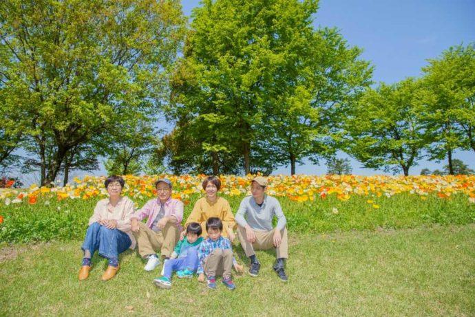鳥取県の人気観光スポット「とっとり花回廊」に遊びにきた祖父母・父母・子供たち