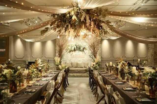 ゴージャスなテイストに装飾されたTRUNK BY SHOTO GALLERYの披露宴会場