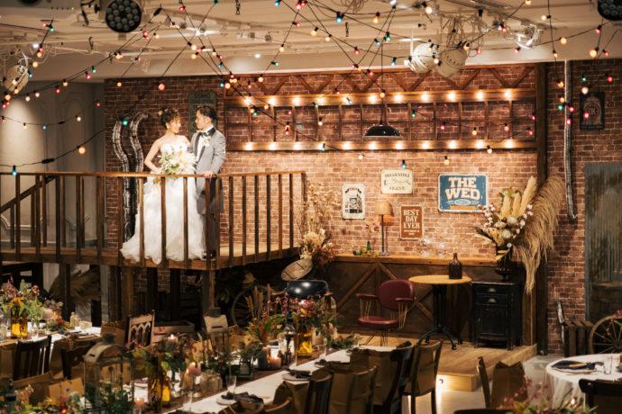TRUNK BY SHOTO GALLERYの披露宴会場にてカーテンがオープンした後の新郎新婦