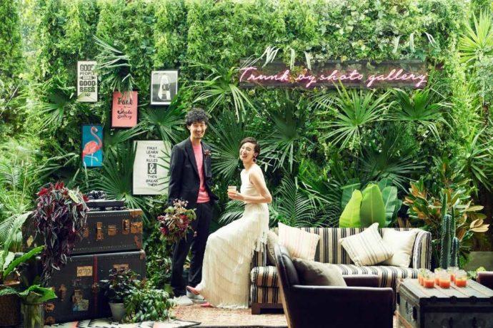 TRUNK BY SHOTO GALLERYでグリーンカーテンとともに撮影する新郎新婦