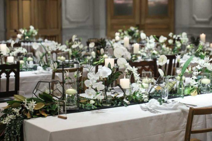 白い花がたくさん装飾されたTRUNK BY SHOTO GALLERYでの披露宴会場