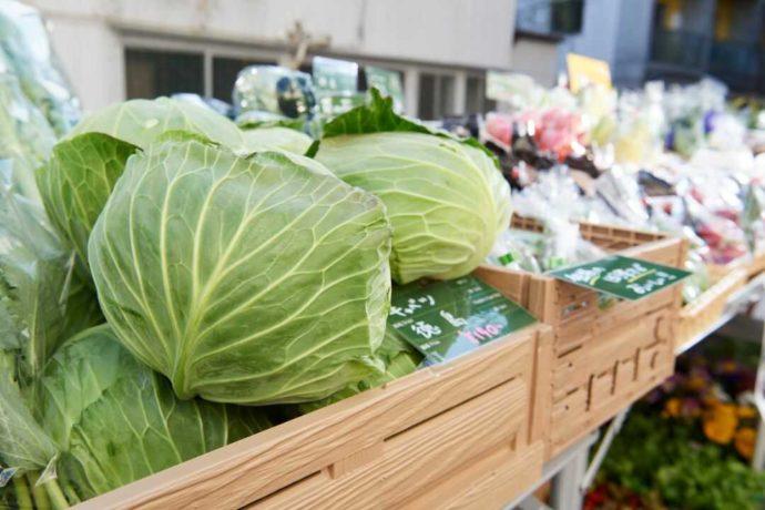 ターンテーブルのマルシェに並ぶ徳島県産の野菜