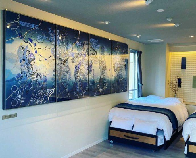 ターンテーブルのスイートルーム寝室の藍染めアート