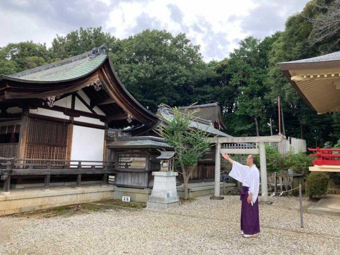 上地八幡宮で説明をする宮司の大須賀さん