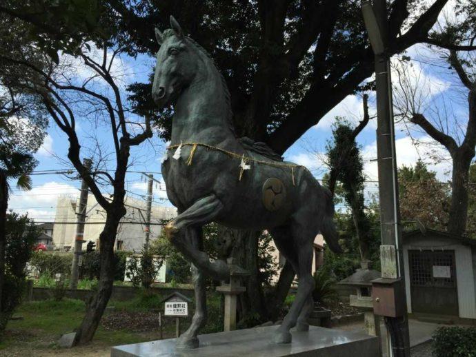 上地八幡宮で安産のご利益を受けられる神馬像