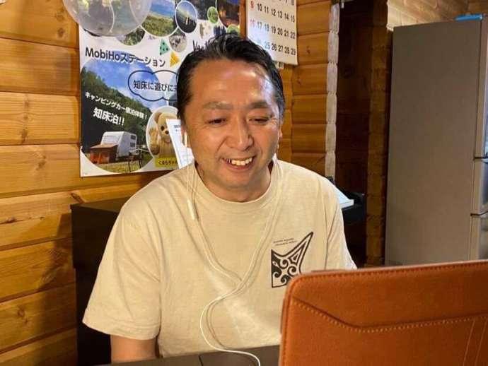北海道・知床専門のウエネウサルみどりのスタッフが参加者に向かって話しかける様子