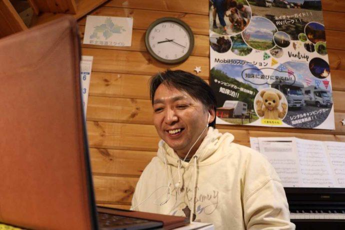 北海道・知床専門のウエネウサルみどりのスタッフが配信をしている様子