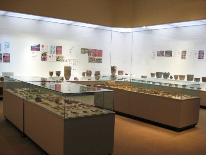 館内写真撮影が可能な、山形県立うきたむ風土記の丘考古資料館の展示室