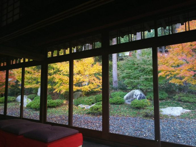 書院座敷から見る秋の庭園