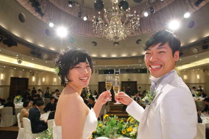 ラ・ヴィータウエディングで式を挙げる新郎新婦の食事光景