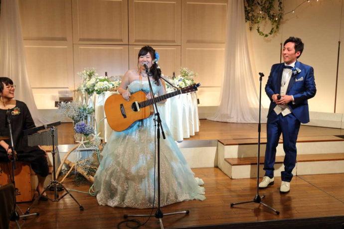 ラ・ヴィータウエディングで式をあげる新郎新婦の音楽パフォーマンス
