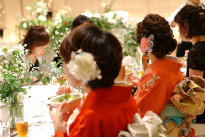 ラ・ヴィータウエディングの少人数会場「FIORE」の披露宴食事光景