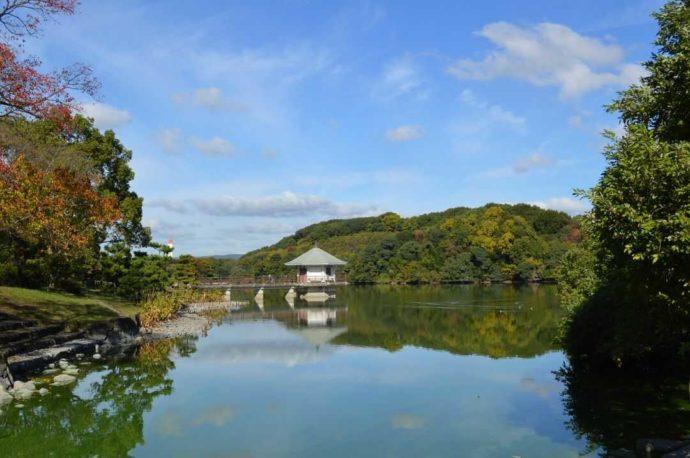 山田池に浮かんでいる浮見堂