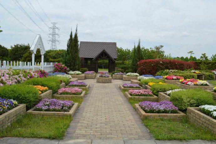 写真撮影スポットとして人気の花壇中心の小さな庭園「コテージガーデン」