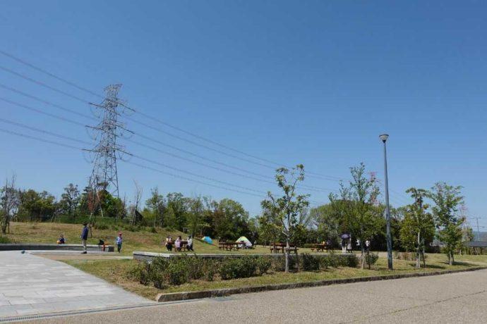 タープテントやレジャーシートを利用できる川原広場