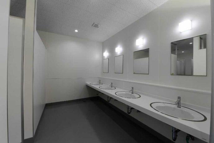 兵庫県丹波篠山の「やまもりサーキット」の清潔感のあるトイレ