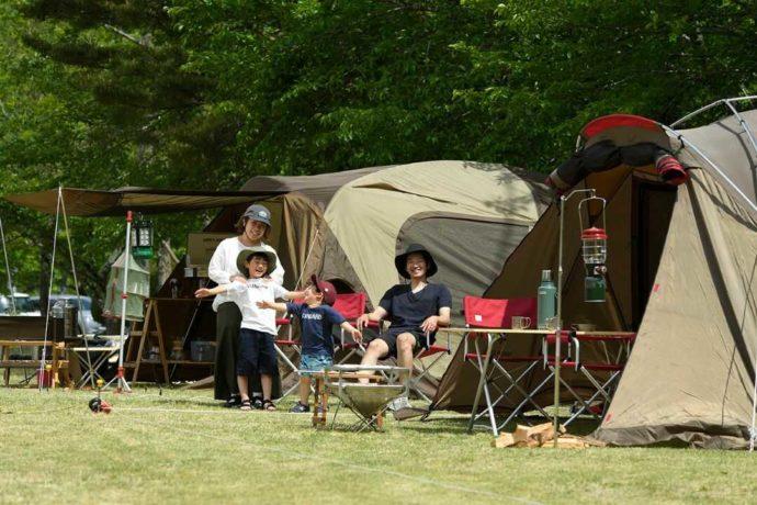 手ぶらでキャンプを楽しむ家族