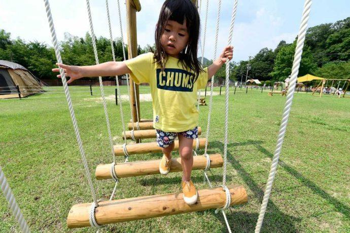やまもりサーキット内の遊具で遊ぶ女の子