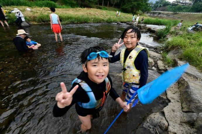 丹波篠山にある「やまもりサーキット」近くの川で川遊びをする子どもたち