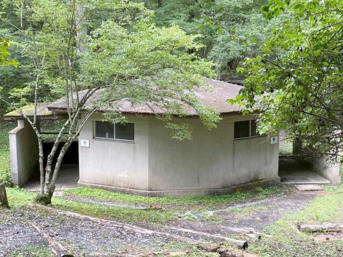 村営山中湖キャンプ場のテントサイト近くにあるトイレ