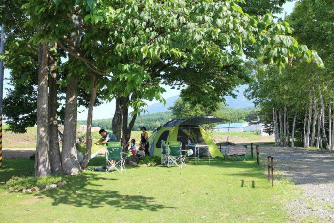 ヨウテイアウトドアでキャンプを楽しむ家族