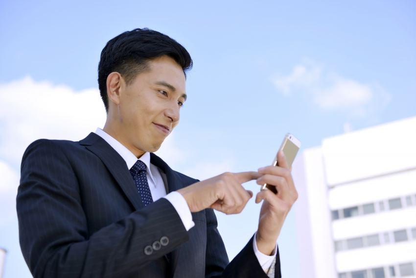 Tinderを使う香港人男性のイメージ