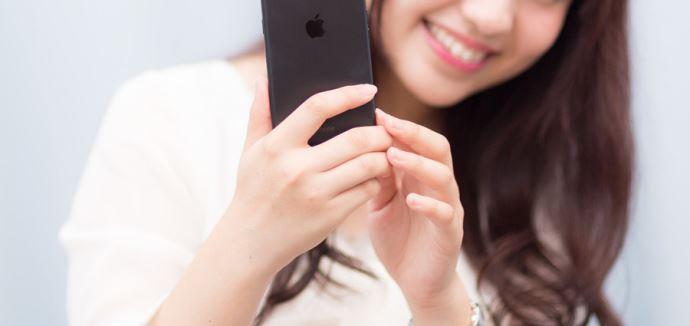 マッチングアプリを使用している女性のイメージ