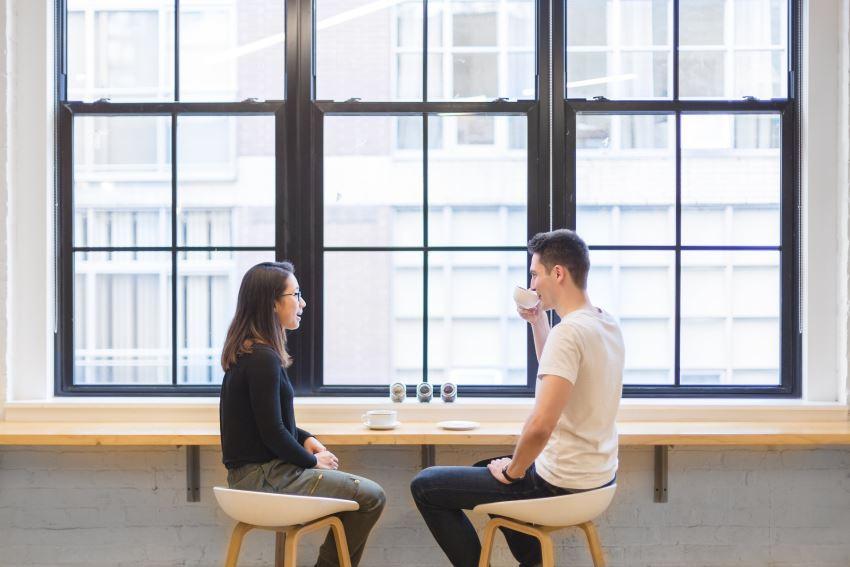 男女が会話するイメージ