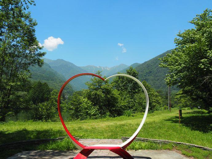 長野県駒ヶ根市にある恋愛スポットハート型のベンチ