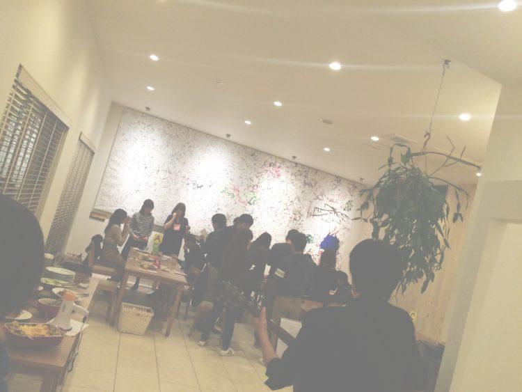 大阪レジェンデの会員交流会で盛り上がる男女