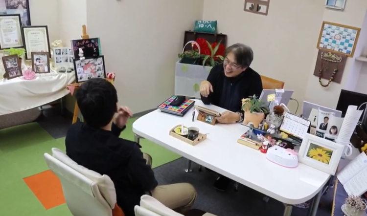 大阪レジェンデのサロンで面談する男性