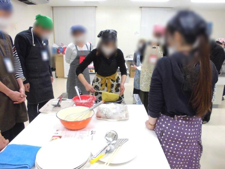 うれしの結婚応援事業所のイベントで参加者が料理する様子