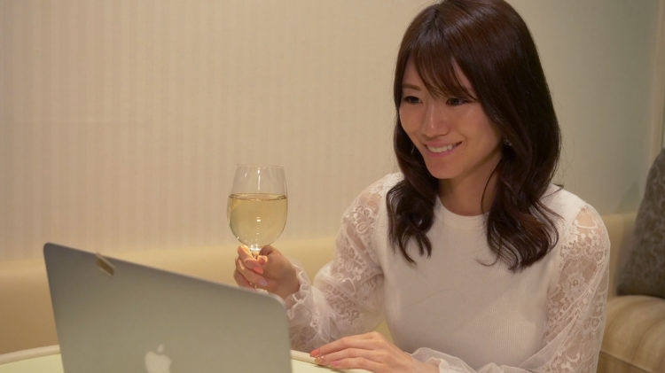 コンパde恋ぷらんのオンラインイベントに参加する女性