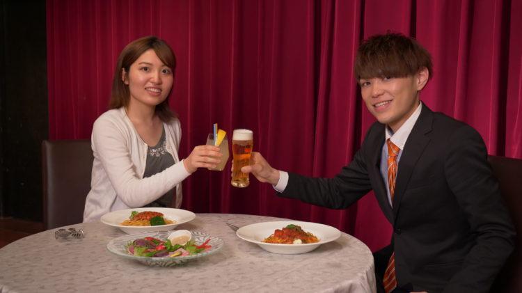 コンパde恋ぷらんの「おみコン」で乾杯する男女