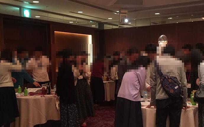 山梨市の婚活自治体のイベントに参加する男女