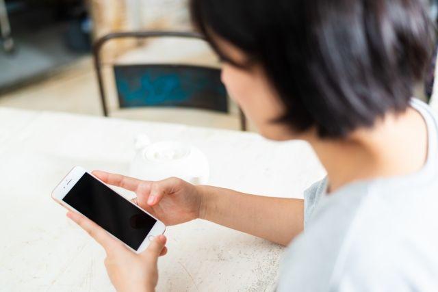 マッチングアプリタンタンを使う女性のイメージ