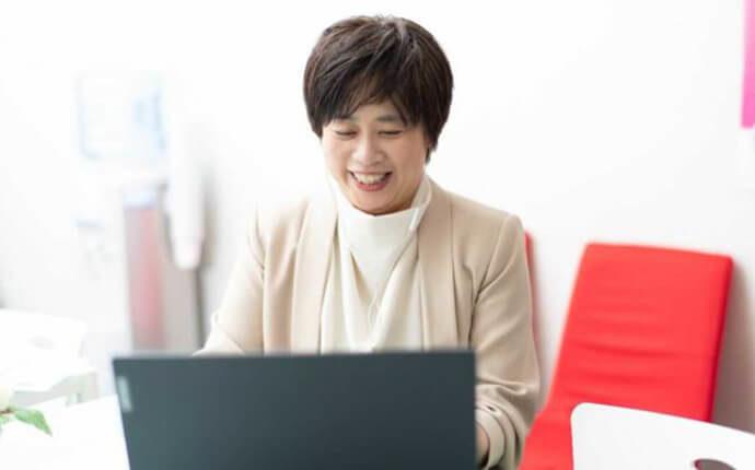 ブライダルソムリエ協会開催のオンラインセミナーに参加している女性