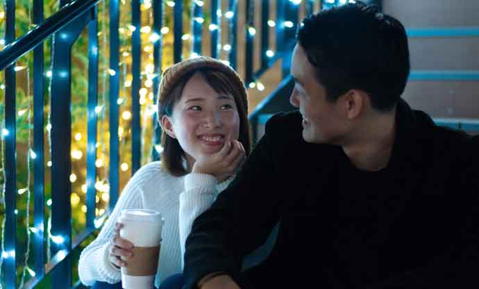 マッチングアプリで出会ってクリスマスデートするカップルのイメージ画像