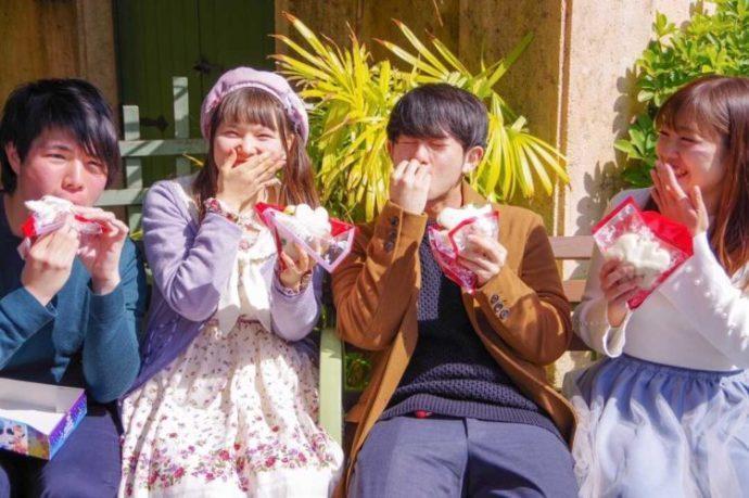 ISTコミュニティのディズニー恋活イベントで食べ物を食べる参加者